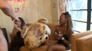 Adroable chicks are engulfing stud's weenie garishly